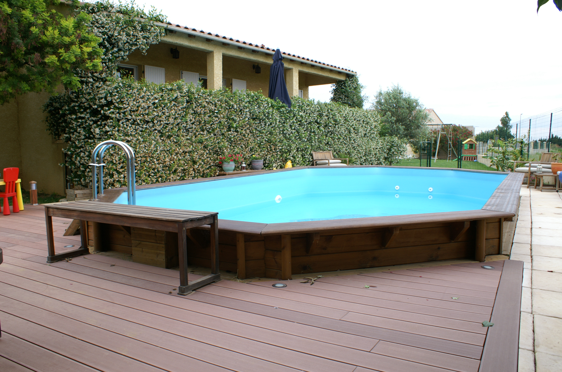 Amenagement piscine en bois for Piscine hors sol jacuzzi